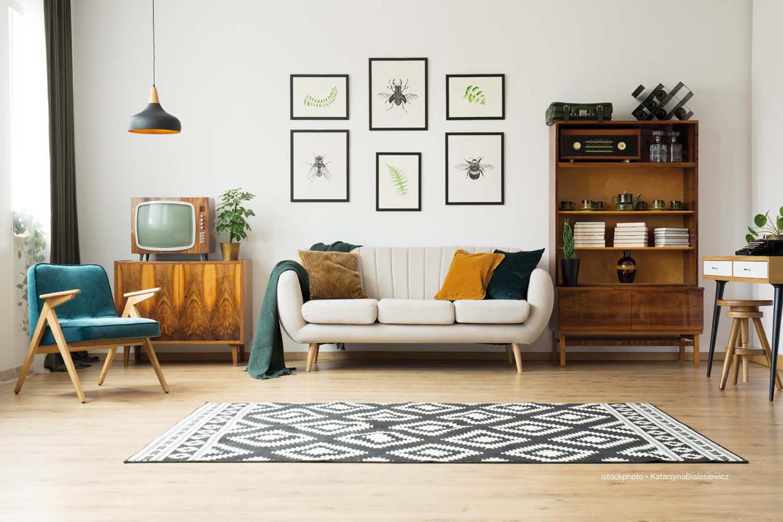 Foto: Sofaecke mit Bildern und älterem Fernseher
